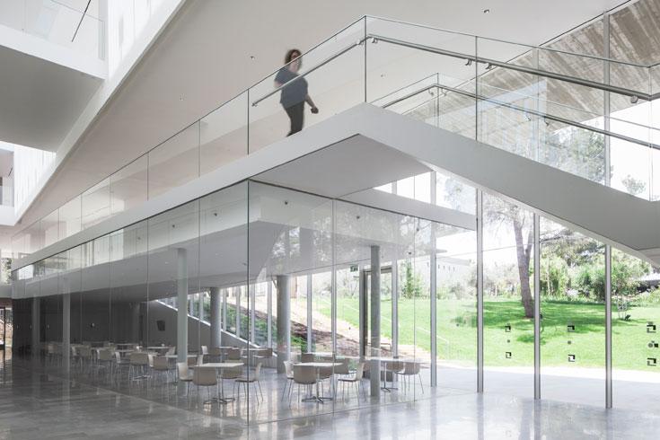 בניגוד למבנה הקיים, בבניין החדש יש שפע של אור. החלל השקוף הגדול תופס את עיקר השטח (צילום: אביעד בר נס)