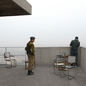 רהיטים ש''הוגלו'' לגג בניין משרדי הממשלה, שם מפטרלים שומרים (צילום: יהודה עמרני)