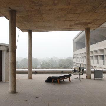 זנוחים ושבורים על גג בית המשפט. הרהיטים של לה קורבוזייה וז'אנרה (צילום: יהודה עמרני)