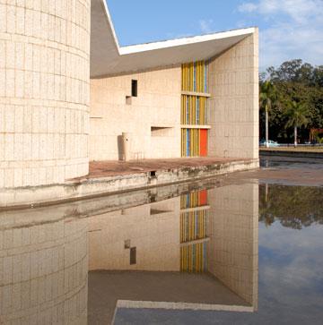 האוניברסיטה שתיכננו לה קורבוזייה וז'אנרה בבירה החדשה שנבנתה בפונג'ב בשנות ה-50 של המאה הקודמת (צילום: יהודה עמרני)