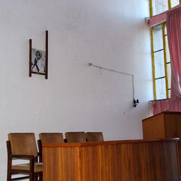 שני האדריכלים קיבלו הזמנה מראש הממשלה נהרו, שותפו לדרך של גנדי, שתמונתו תלויה באוניברסיטה עד היום (צילום: יהודה עמרני)