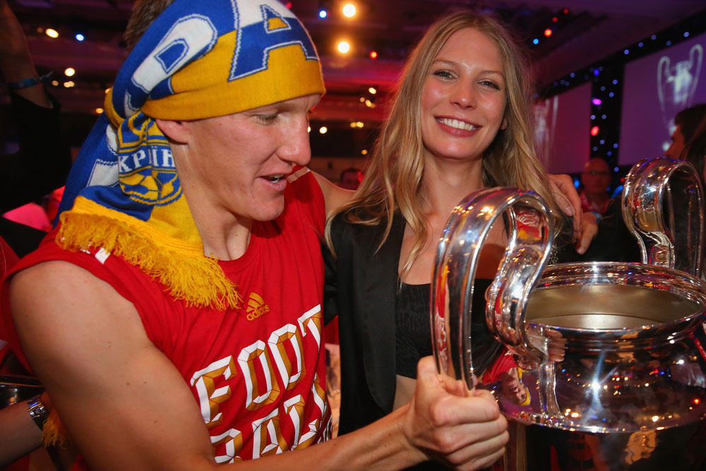 הבחורה הלוהטת בגרמניה והבחור שחייב להחליף תלבושת. בסטיאן שוינשטייגר ושרה ברנדנר חוגגים אליפות לבאיירן מינכן (צילום: gettyimages)