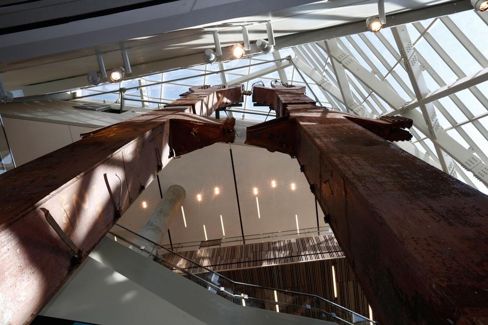גרם מדרגות לוקח את המבקרים אל מבואות המוזיאון, שבהן שני עמודי ענק שהיוו חלק מקומת הקרקע של מגדלי התאומים. מרגע זה ועד ליציאה אנחנו מתחת לאדמה (צילום: Jin Lee)