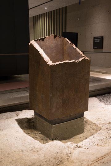 אחד מעמודי הפלדה של המגדלים הוחזר למוזיאון כמוצג (צילום: Jin Lee)
