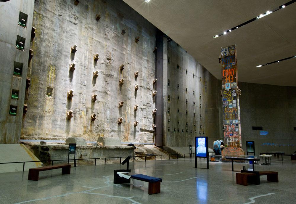 החלל המרכזי, ובו הקיר שנבנה כדי למנוע ממי נהר ההדסון להציף את החניון. מימין: העמוד האחרון שנשאר במהלך פינוי ההריסות, עם חותמות המחלקות השונות שהשתתפו בפינוי (צילום: Jin Lee)