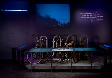 זוגות אופניים שהיו ליד מגדלי התאומים (צילום: Jin Lee)