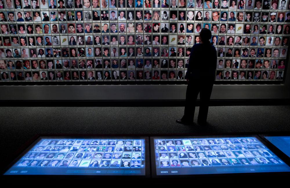 חלל ההנצחה, ובו תצלומים של כ-3,000 קורבנות האסון (צילום: Jin Lee)
