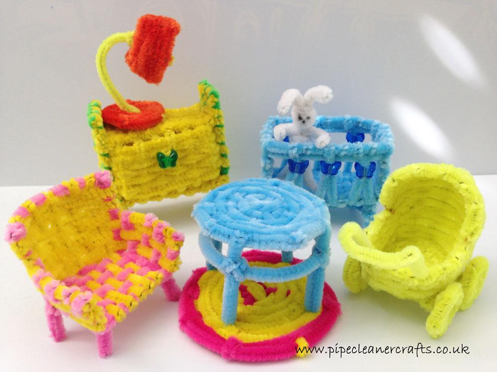 """בית בובות ממנקה מקטרות. """"הפריט הראשון היה כיסא קטן, ומשם הגיעו לי עוד ועוד רעיונות, פשוט ככה מהראש״ (צילום: ילנה ברסקי )"""
