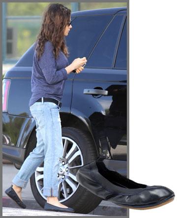 מילה קוניס בנעלי בלרינה של יוסי סמרה (475 שקל) (צילום: splashnews/asap creative)