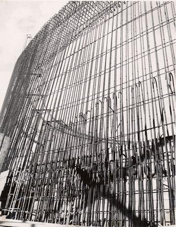 עבודות הבנייה של הקונוס המקורי (צילום: דוד רובינגר)