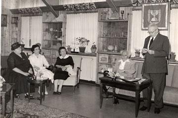 ההכרזה על ייסוד המכון, מאי 1956. בן גוריון, בן צבי ופולי ון ליר (צילום: דוד רובינגר)