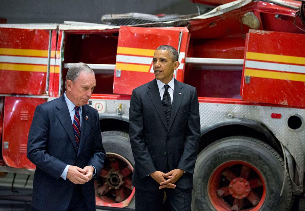הנשיא אובמה וראש העיר לשעבר בלומברג בטקס הפתיחה, על רקע משאית כיבוי אש שנמחצה תחת כובד אחד המגדלים (צילום: Jin Lee)