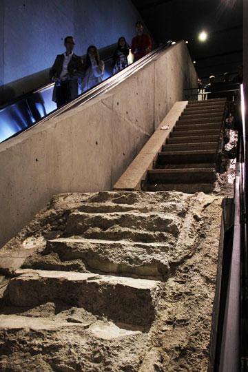 גרם מדרגות בכיכר המרכזית של מרכז הסחר ששרד והיווה נתיב חילוץ למאות אנשים (צילום: ברק פליסקין)
