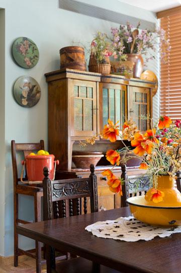 ארון ויטרינה הולנדי בצד אחד של המטבח (צילום: יונתן בלום)