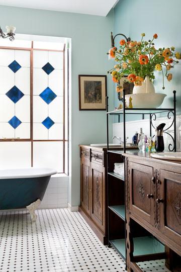 חלון ויטראז' ואמבטיה עומדת בחדר הרחצה של ההורים (צילום: יונתן בלום)