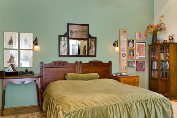 חדר השינה של בעלי הבית. קירות בגוונים ירוקים (צילום: יונתן בלום)