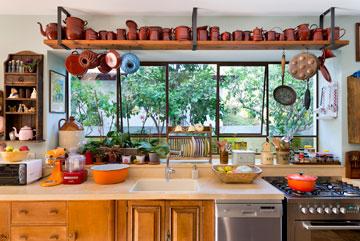 משטח העבודה במטבח פונה לגינה (צילום: יונתן בלום)