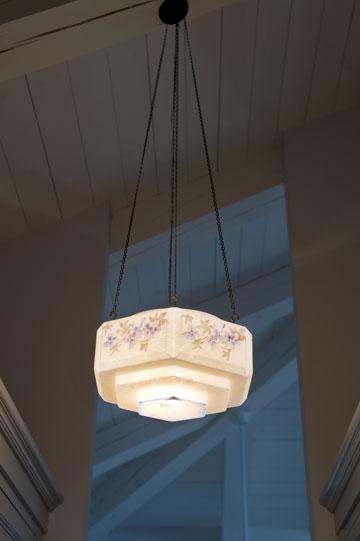 מנורות חלביות עם ציורים עדינים (צילום: יונתן בלום)