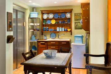 המטבח בקומה השנייה, שמשרת את הילדים הבוגרים (צילום: יונתן בלום)