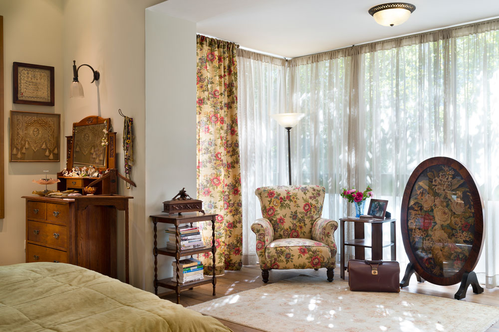 חדר השינה של בעלי הבית נמצא בקומת הכניסה, נהנה גם הוא מחלונות גדולים שפונים אל הגינה הנעימה, ויש בו פינת קריאה ופינת עבודה (שאינה נראית בתמונה) (צילום: יונתן בלום)