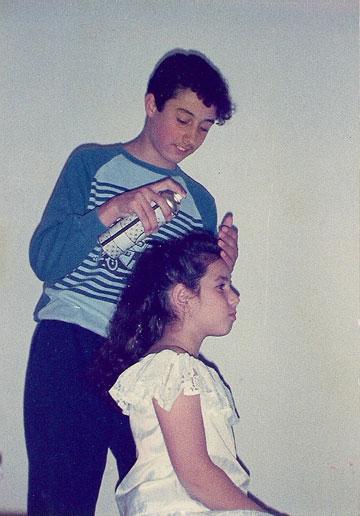 למד איפור מהתנסות על בנות המשפחה. באבו כנער עם בת דודתו (מתוך אלבום פרטי)