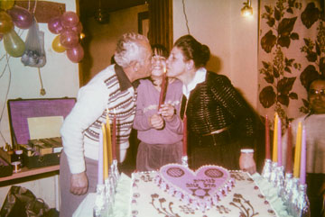 """עם סבא וסבתא. """"סבת היא הדמות החיובית בחיים שלי"""" (צילום רפרודוקציה: דפנה טל)"""