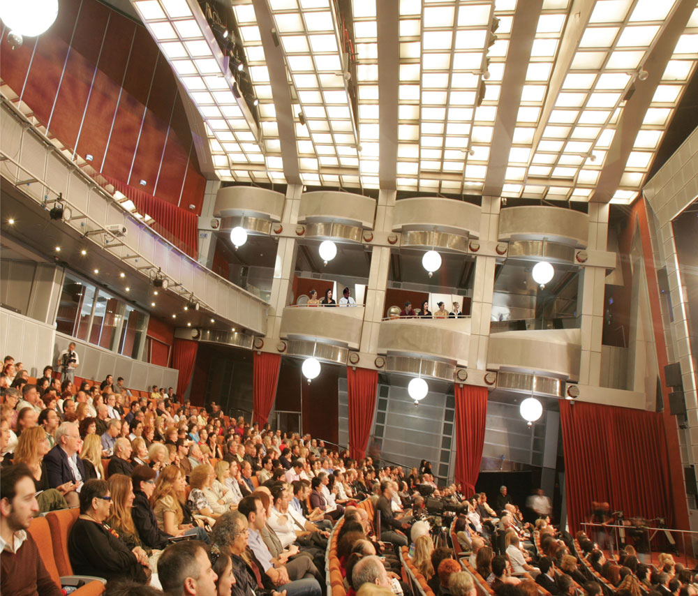 """האולם הגדול במשכן האמנויות בבאר שבע (שימו לב לווילונות). """"צופים אחדים התלוננו על תחושות של ורטיגו, כאילו נופלים קדימה"""" (צילום: דיאגו מיטלברג)"""