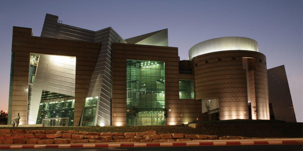 משכן האמנויות בבאר שבע. האסטרולוגית אמרה להרשמן שהכוכבים רואים אותו בונה את הבניין. מה שהכוכבים לא חזו הוא המחדל שהתגלה במבנה (צילום: אבי חי)