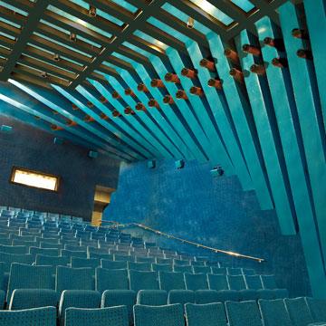 האולם הקטן בסינמטק תל אביב. עוד עבודה של הרשמן (צילום: רונן קוק)