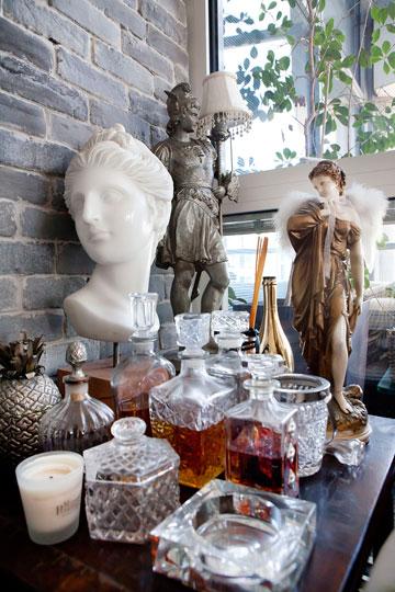 פסלים בביתו של וזנה, שלדבריו משרים עליו שקט ושלווה (צילום: ענבל מרמרי)