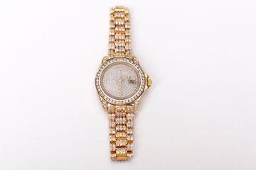 """שעון זהב של רולקס משובץ יהלומים. """"פה הבנתי שאחותי מאוד אוהבת אותי, כי מי מביא שעון בשווי 200 אלף שקל במתנה"""" (צילום: ענבל מרמרי)"""