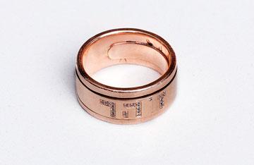 """טבעת נישואין. """"לי כתוב זהר ולו פיליפ, כדי שאם הוא יתבלבל או יעשה בעיות, הוא יסתכל על הטבעת ויזכור אותי"""" (צילום: ענבל מרמרי)"""