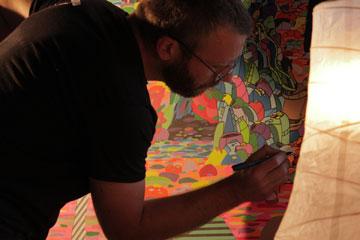 ניק קיוזאק עובד בגלריה ביפו (צילום: דניאל וקסלר)