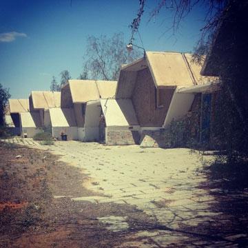 המבנים בבית ספר שדה חצבה. גרים בהם עד היום (צילום: מיכאל יעקובסון)