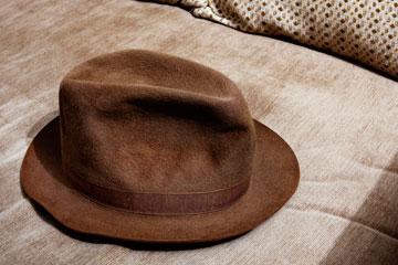 """מגבעת לבד. """"זאת מגבעת וינטג' ששימשה כפרופס בחנות של ליווי'ס בניו יורק. התחננתי לקנות אותה"""" (צילום: ענבל מרמרי)"""