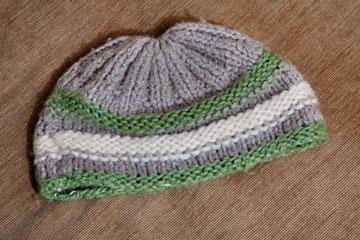 """כובע צמר. """"הכובע הזה מלווה אותי מגיל 5. אימא שלי, עדנה, סרגה לי אותו כילדה, והוא עד היום מלווה אותי"""" (צילום: ענבל מרמרי)"""