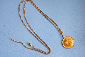 """שרשרת עם תליון מטבע זהב. """"זה מטבע זהב מיוחד משנת 1907 שעובר אצלנו בירושה כמעין קמע משפחתי"""" (צילום: ענבל מרמרי)"""