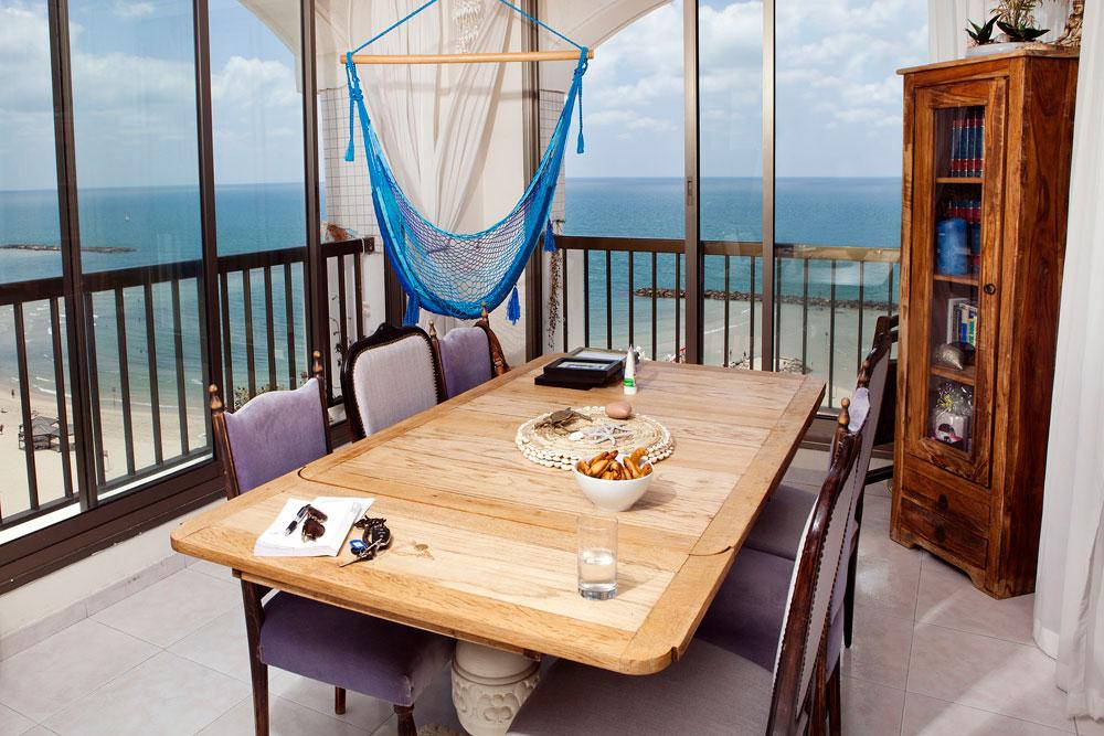 """דירתה של שרי גבעתי במלון דירות ברחוב הירקון בתל אביב. """"היה לי חשוב שהבית יהיה נוח, רציתי שאנשים יכנסו אליו וייזרקו"""" (צילום: ענבל מרמרי)"""