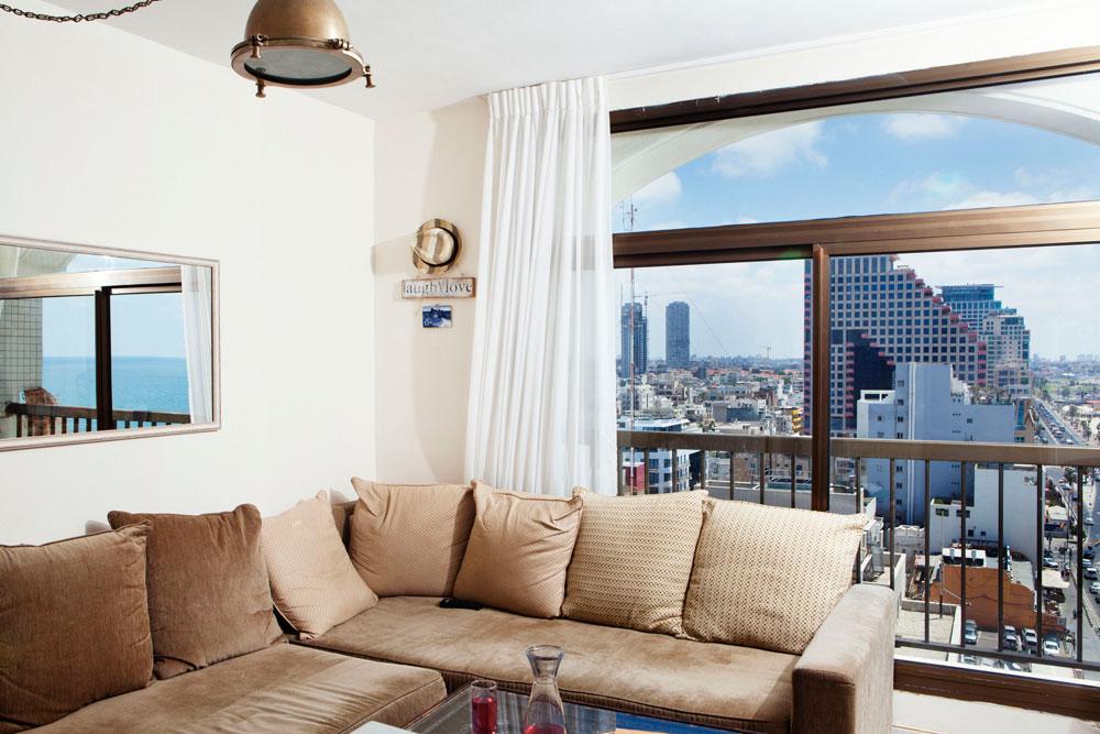 נוף של הים התיכון, יפו העתיקה וגגות תל אביב מהקומה ה-13 (צילום: ענבל מרמרי)