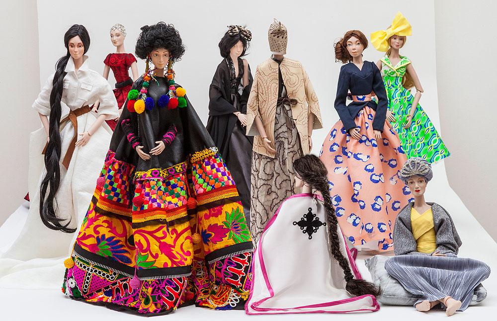 הבובות שנוצרו במסגרת פרויקט One Of.  העיצובים מבטאים את היחס של מעצבות האופנה לנושאים של עוצמה נשית, יופי והחלמה (צילום: אודי גורן)