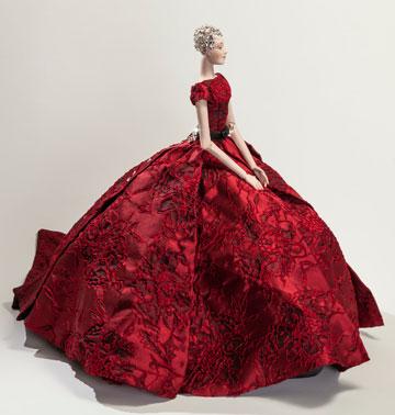 """הבובה של לי גרבנאו. """"התערוכה המיוחדת הזו הזכירה לי את התערוכה Théâtre de la Mode שהתקיימה בשנת 1946, בה לקחו חלק מיטב מעצבי האופנה הצרפתיים במטרה להפיח חיים מחדש בלבוש ההוט קוטור הנשי"""" (צילום: אודי גורן)"""