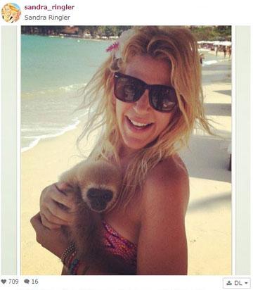סנדרה רינגלר מחבקת על החוף (מתוך אינסטגרם)