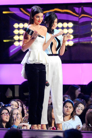 על הבמה: קיילי ג'נר לובשת אלון ליבנה וקנדל ג'נר סולידית (צילום: gettyimages)