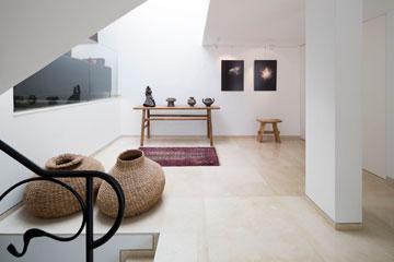 הפטיו הפך למבואה/גלריה שבה תצלומים שצילמה בעלת הבית. שירותי האורחים הוזזו הצידה (צילום: שי אפשטיין )