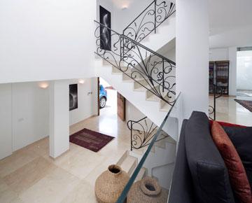 מבט מהסלון לגרם המדרגות ולמבואת הכניסה (צילום: שי אפשטיין )
