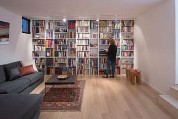 ואחרי: שטיח צבעוני, ספה פינתית וספרייה גדולה (צילום: שי אפשטיין )