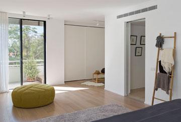 חדר השינה, מבט מכיוון המיטה. מימין המסדרון שמוביל לחדר הרחצה (צילום: שי אפשטיין )