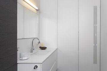 חדר הרחצה והכביסה, הסמוך לחדר העבודה (צילום: שי אפשטיין )