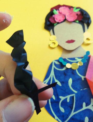 התסרוקת המאפיינת את פרידה היא צמות שכרוכות מעל לראשה ובתוכן שזורים סרטים או פרחים (צילום: אפרת חסון דה בוטון )