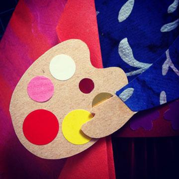 פלטת הצבעים. ברוב הציורים שבהן ציירה את עצמה, פרידה מחזיקה משהו ביד (צילום: אפרת חסון דה בוטון )